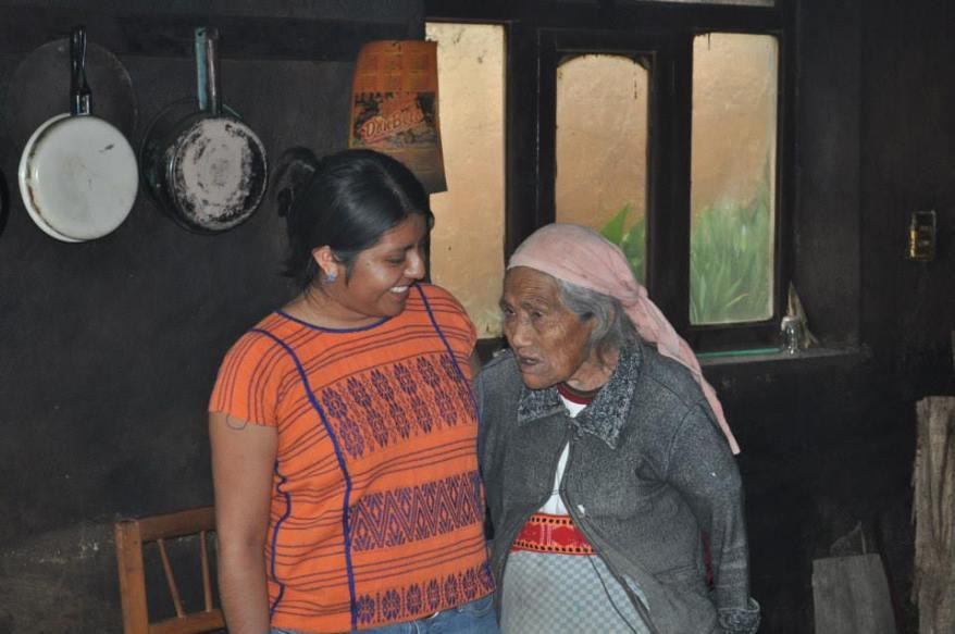Abuela y Nieta en ritual de despedida 2013-Philippa Zamora